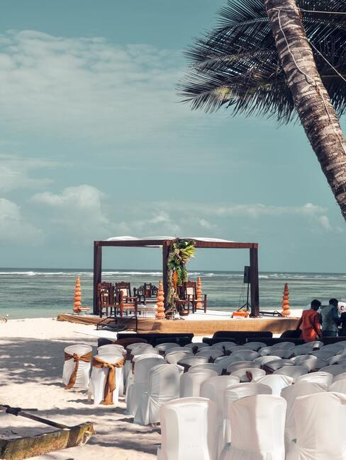 strand bruiloft met prieel