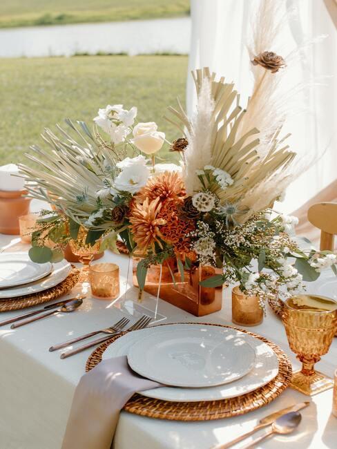 gedekte tafel met wit servies met gouden bestek