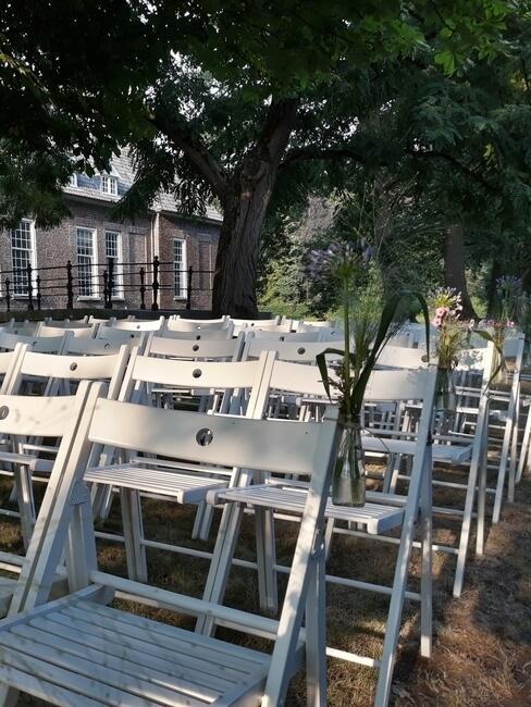 Witte stoelen buiten bij Kasteel Heeze