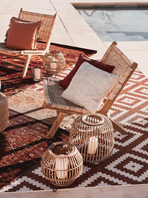 houten stoelen met witte kussens en houten windlichten