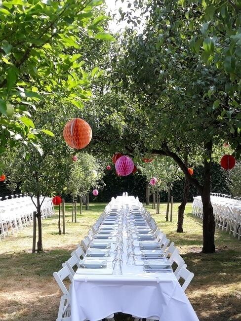 Kasteel Heeze: dinertafel in de tuin onder de bomen