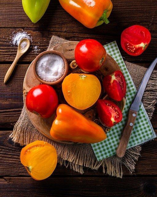 verschillende groenten op een bord en een kommetje zout