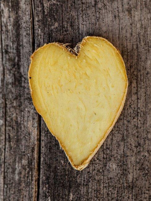 een hartje uit gember gesneden