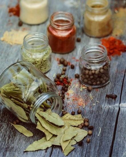 verschillende kruiden en gedroogde bladeren op een tafel