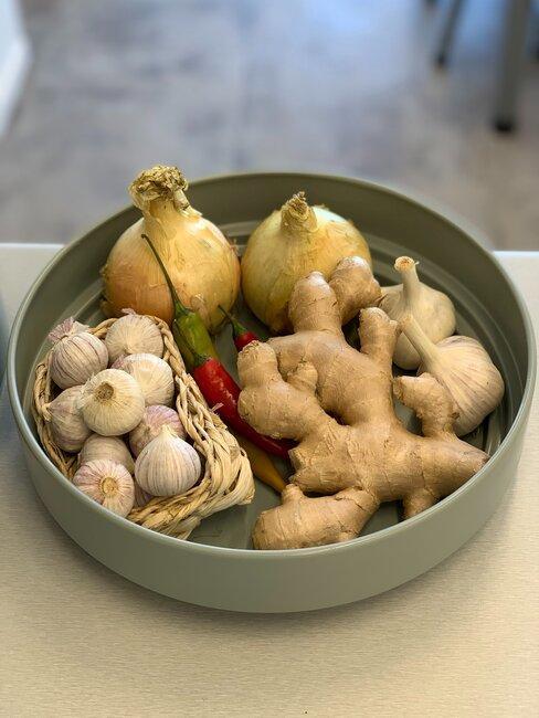 verschillende groenten in een kommetje: gember, uien, peper