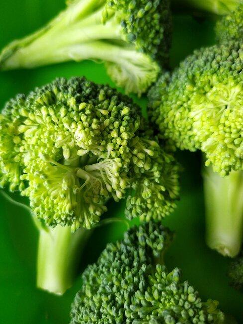 stukjes broccoli met een groene achtergrond