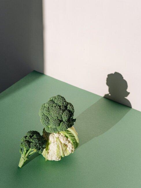 broccoli en bloemkool op een groene achtergrond