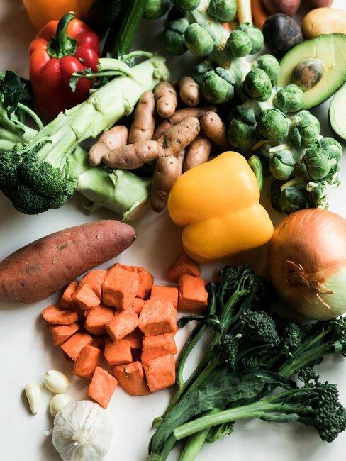 verschillende groenten op een keukenblad