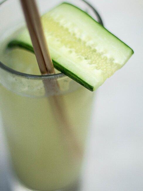 schijfje komkommer in een drankje