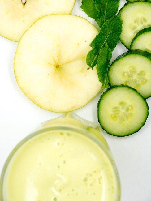 schijfjes komkommer en een smoothie