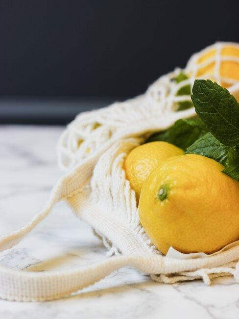 citroen met kruiden in een tas
