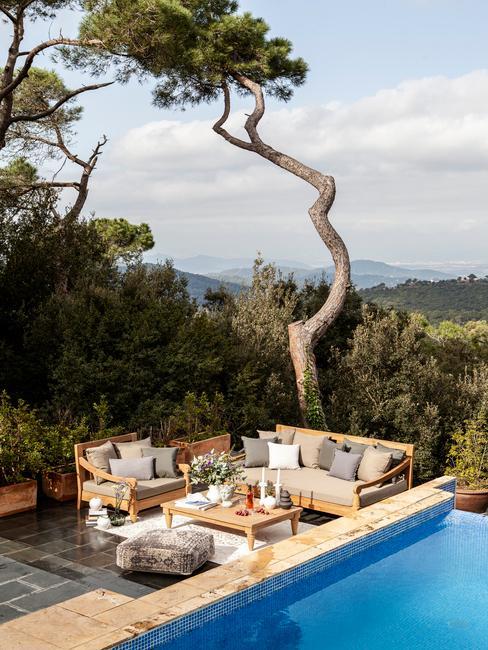 houten tuinset naast een zwembed