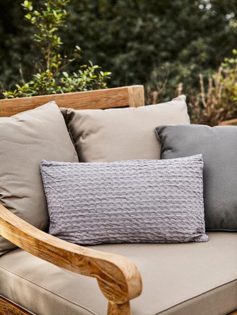houten stoel met grijze kussens