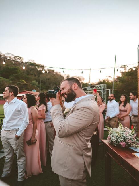 man op een bruiloft met een camera