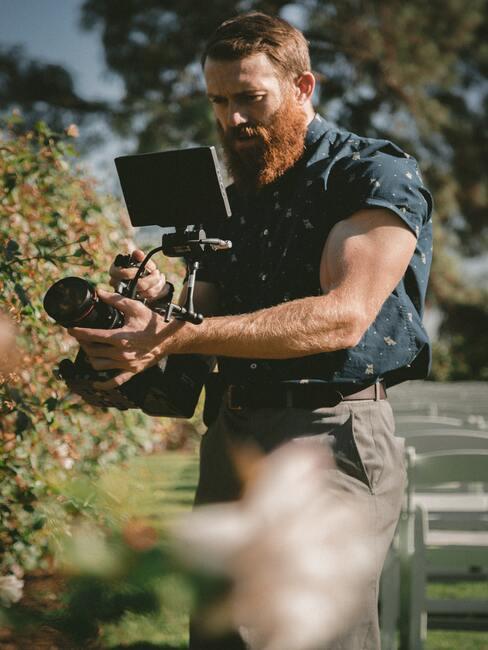 fotograaf in een donkerblauwe blouse