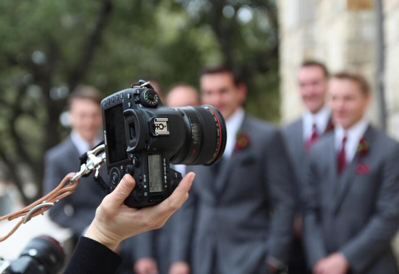 camera met mannen in pak erachter