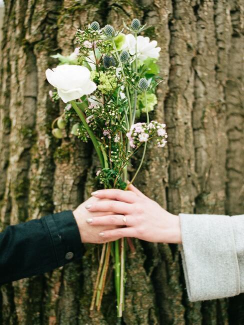 bruiloft in een bos met bruidsboeket