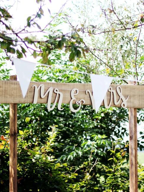 bruiloft in een bos: mrs en mr sign