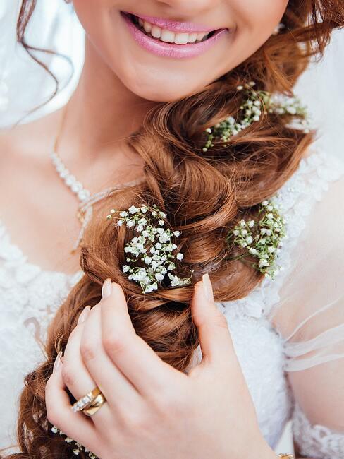 bruid met een vlecht met bloemen erin