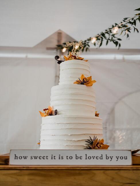 witte bruidstaart en bloemen