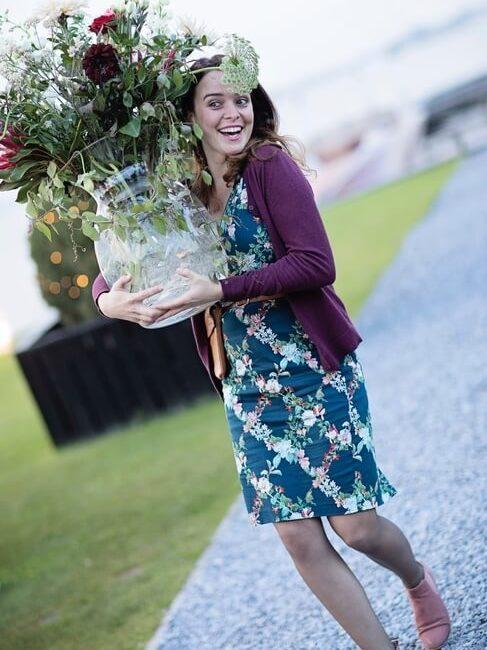 Vivian met grote vaas bloemen
