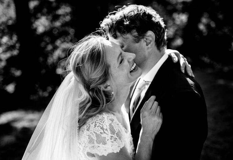 Gelukkig bruidspaar omarmt zich