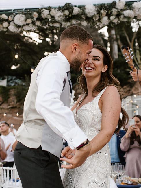trouwpaar danst op bruiloft