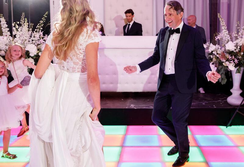 bruidspaar danst op bruiloft