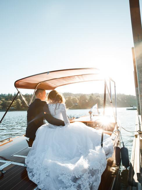 bruidspaar op een boot
