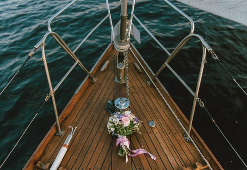 boot met een bruidsboeket