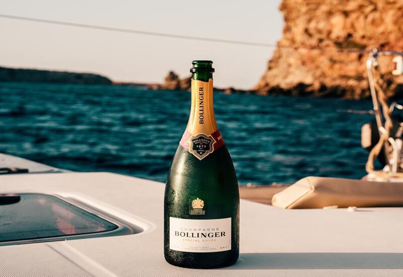 champagne fles op een boot