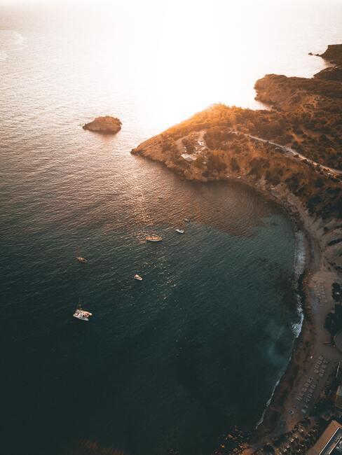 kust met zonsondergang