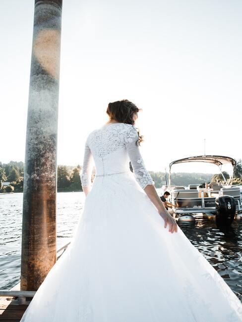 vrouw in bruidsjurk