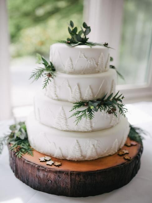 witte taart met groene decoratie
