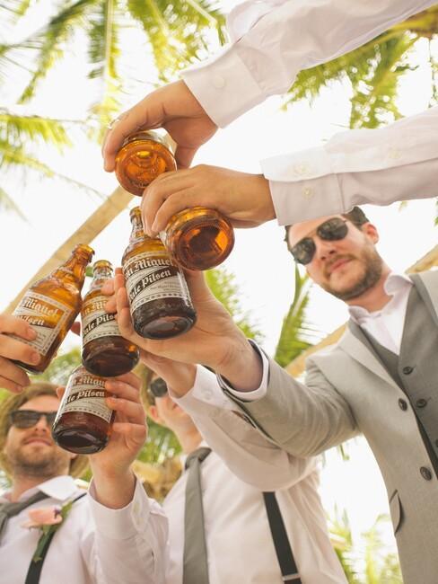 mannen die proosten met bier