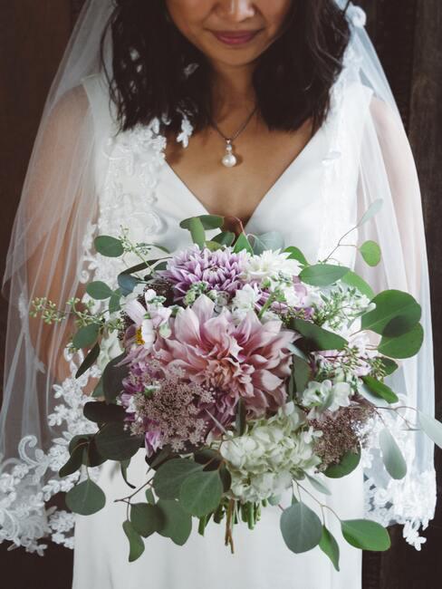 bruid met een roze bruidsboeket