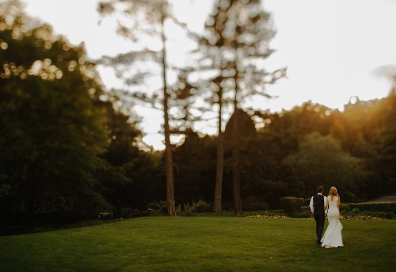 bruidspaar dat loopt over een grasveld