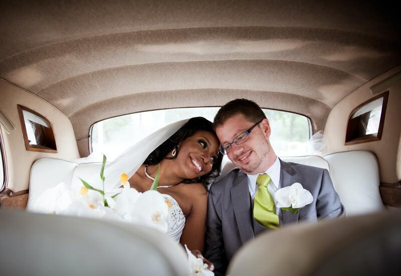 bruidspaar in een auto