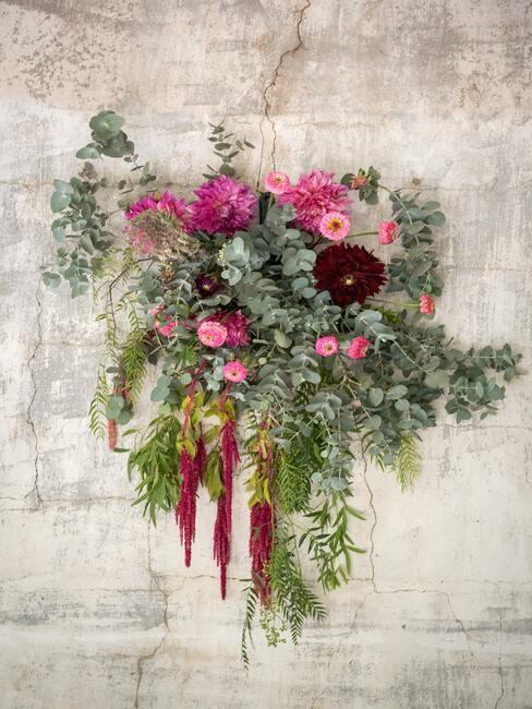 bloemen aan de muur