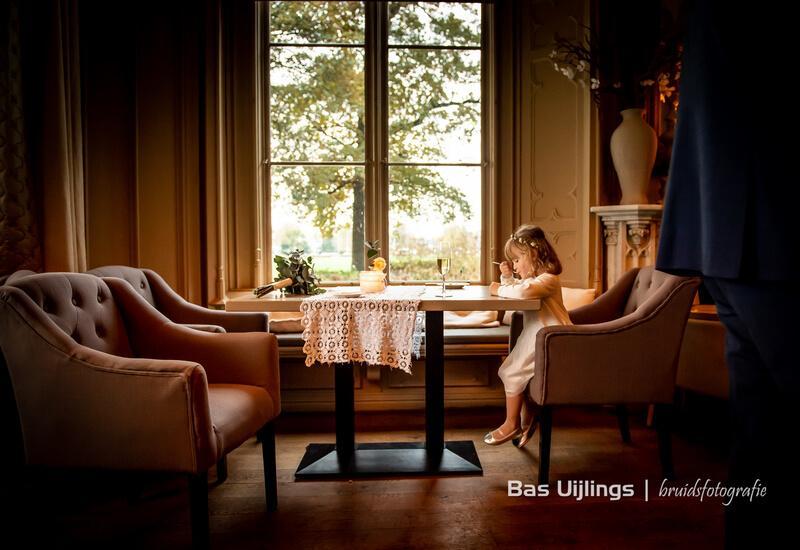 meisje zit aan tafel met een schrift