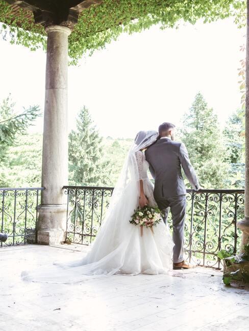 bruidspaar op een patio