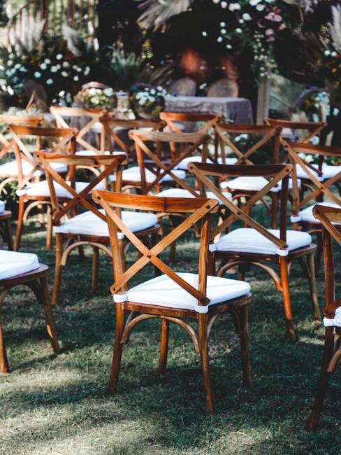 houten stoelen met witte zitkussens