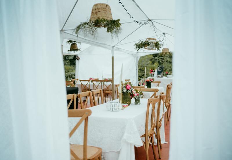 houten stoelen met een tafel met een wit kleed