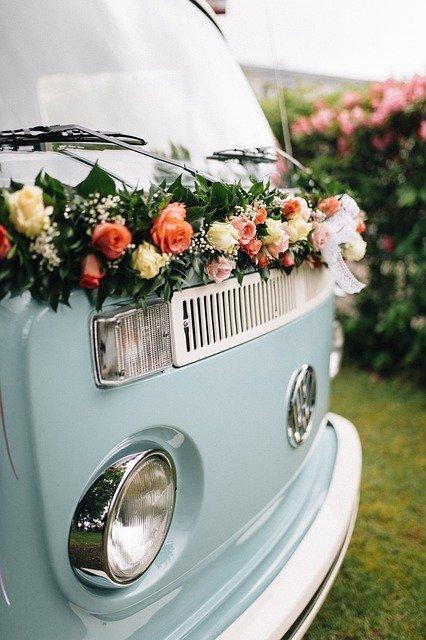 blauwe bus met bloemen