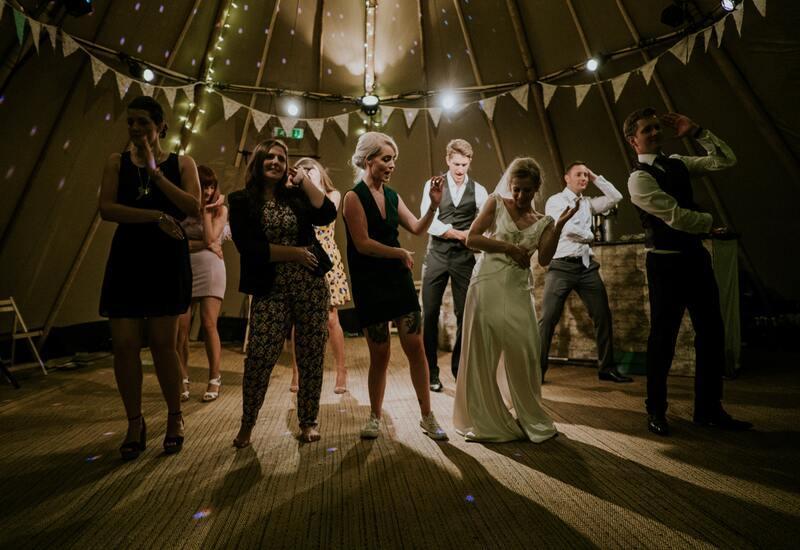 mensen in een tent aan het dansen