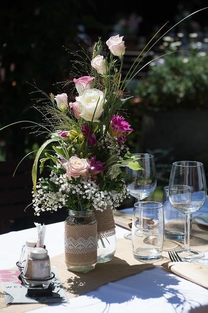 wijnglazen en een vaas met bloemen