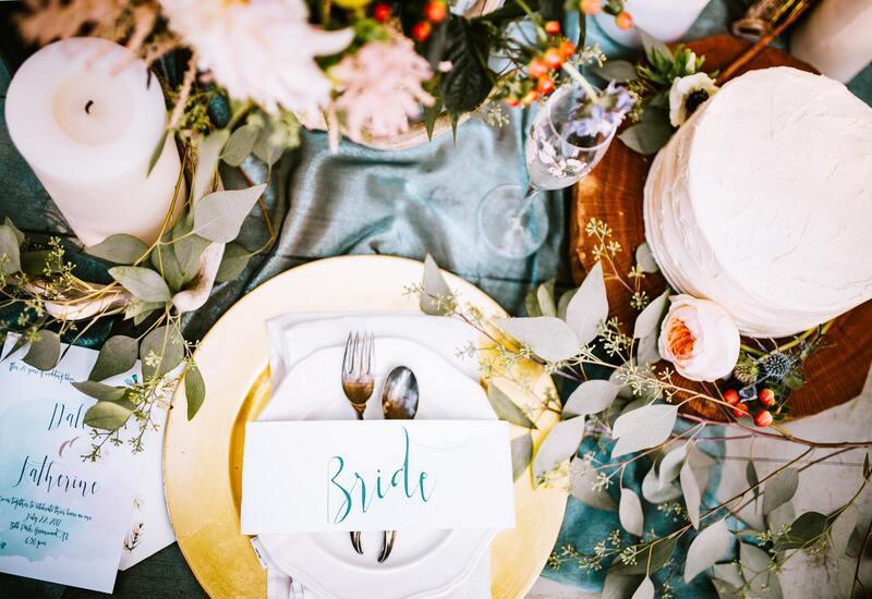 gouden bord met planten decoratie