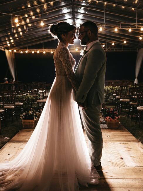 bruidspaar op een podium
