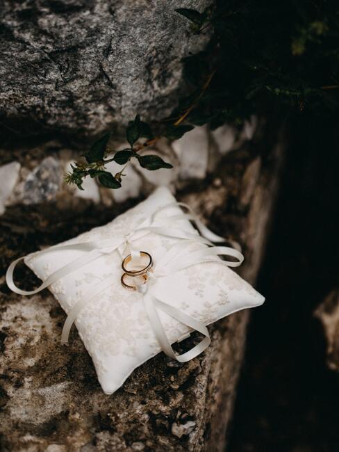 wit kussentje met gouden ringen