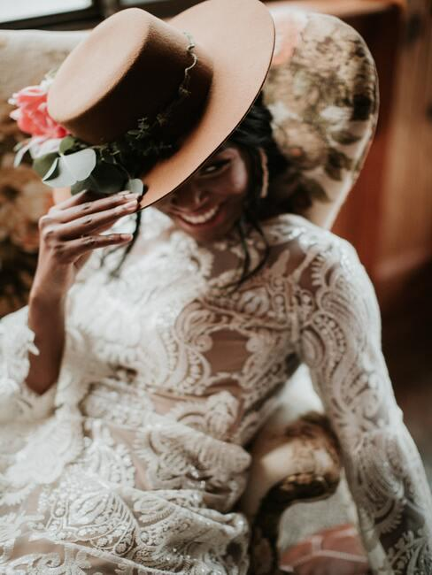 bruid op een stoel met een hoed